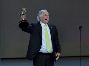 Henry Winkler holds up Emmy