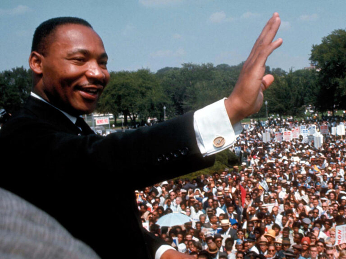 martin luther king waving to crowd